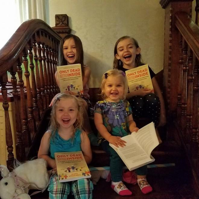 Những màn đối đáp tuyệt đỉnh hài hước giữa ông bố 4 con và các nàng công chúa tinh nghịch - Ảnh 2.
