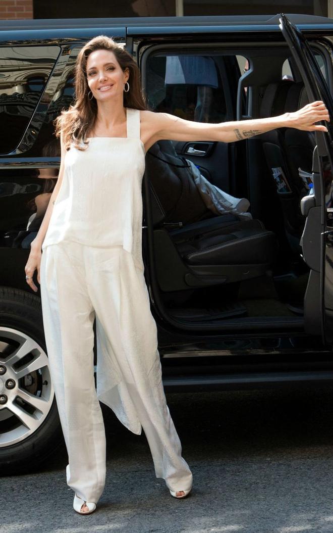 2 bí kíp đơn giản giúp định hình gu thời trang thanh lịch mà chẳng sợ lỗi mốt từ Angelia Jolie - Ảnh 2.