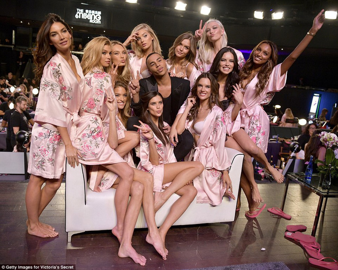 Tận tối mới diễn, nhưng giờ các thiên thần Victorias Secret đã bắt đầu trang điểm, làm tóc - Ảnh 10.