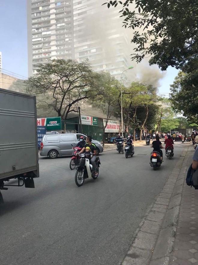 Hà Nội: Cháy lớn ở garage ô tô trên đường Ngụy Như Kon Tum, khói đen bốc lên nghi ngút, từ xa cũng nhìn thấy - Ảnh 2.