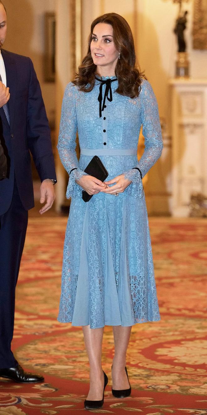 Tổng kết năm 2017, Công nương Kate đã chi khoảng 3.5 tỷ đồng mua sắm quần áo - Ảnh 9.