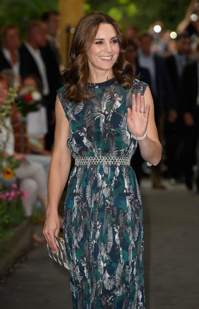 Tổng kết năm 2017, Công nương Kate đã chi khoảng 3.5 tỷ đồng mua sắm quần áo - Ảnh 10.