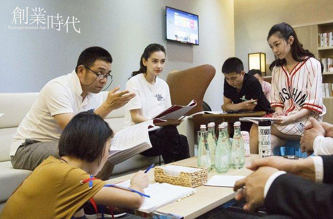 Vừa vắng bóng Huỳnh Hiểu Minh, Angelababy đã đi chơi với trai trẻ - Ảnh 6.