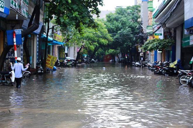 Ảnh hưởng của hoàn lưu bão số 2, Hà Nội mưa lớn, nhiều khu phố đã bị ngập - Ảnh 18.