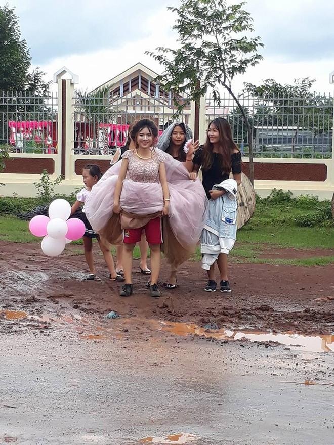 Chết cười với đám cưới nhầm ngày mưa bão, cô dâu xinh đẹp túm váy để lộ cảnh mặc quần đùi, mang giày thể thao - Ảnh 2.