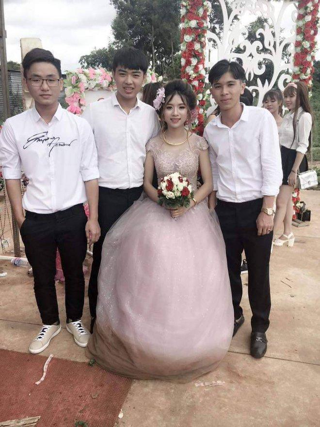 Chết cười với đám cưới nhầm ngày mưa bão, cô dâu xinh đẹp túm váy để lộ cảnh mặc quần đùi, mang giày thể thao - Ảnh 8.