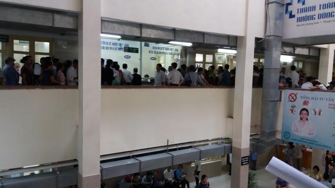 Cháy tại phòng thu tiền khoa Khám bệnh tự nguyện của BV Bạch Mai: Chuyển bệnh nhân sang các khoa khác thăm khám - ảnh 1