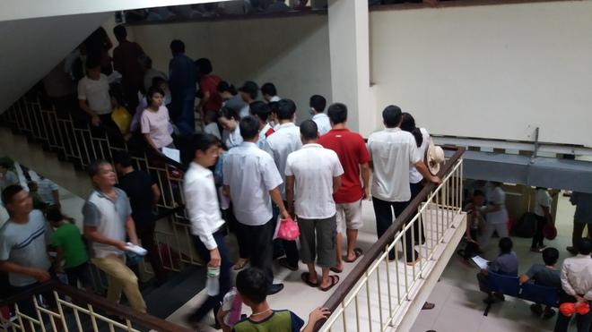 Cháy tại phòng thu tiền khoa Khám bệnh tự nguyện của BV Bạch Mai: Chuyển bệnh nhân sang các khoa khác thăm khám - ảnh 2