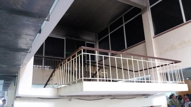 Cháy tại phòng thu tiền khoa Khám bệnh tự nguyện của BV Bạch Mai: Chuyển bệnh nhân sang các khoa khác thăm khám - ảnh 3