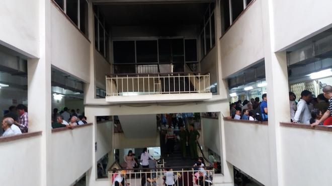 Cháy tại phòng thu tiền khoa Khám bệnh tự nguyện của BV Bạch Mai: Chuyển bệnh nhân sang các khoa khác thăm khám - ảnh 4