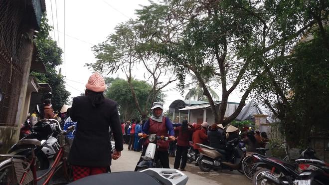 Hàng nghìn người tiễn đưa 3 mẹ con bị chồng sát hại trong đêm ở Thanh Hóa - Ảnh 2.