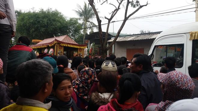 Hàng nghìn người tiễn đưa 3 mẹ con bị chồng sát hại trong đêm ở Thanh Hóa - Ảnh 8.