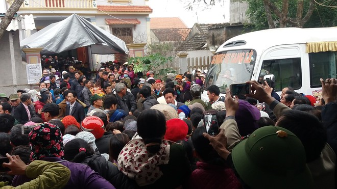 Hàng nghìn người tiễn đưa 3 mẹ con bị chồng sát hại trong đêm ở Thanh Hóa - Ảnh 6.