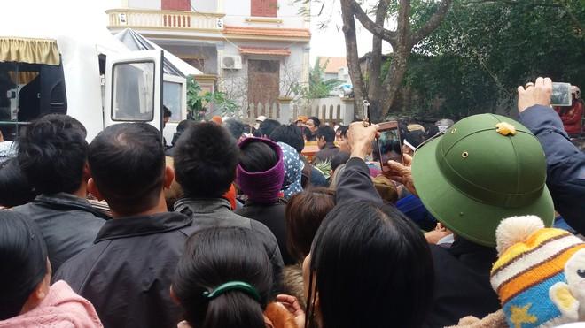 Hàng nghìn người tiễn đưa 3 mẹ con bị chồng sát hại trong đêm ở Thanh Hóa - Ảnh 4.