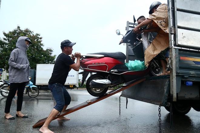 Hà Nội: Người dân kiếm hàng triệu đồng với dịch vụ giải cứu xe và người thoát khỏi nơi ngập úng. - Ảnh 3.