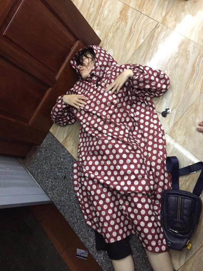 Cô gái thất tình say bí tỉ, mặc áo mưa ướt nằm vật trên sàn, dân mạng tranh cãi dữ dội - Ảnh 3.
