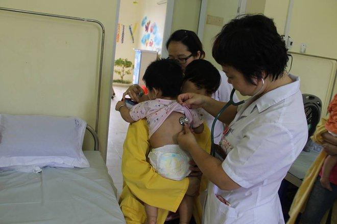Hà Nội: Báo động tình trạng bệnh nhi nhập viện đột biến do nhiễm trùng đường hô hấp, sốt xuất huyết - Ảnh 3.