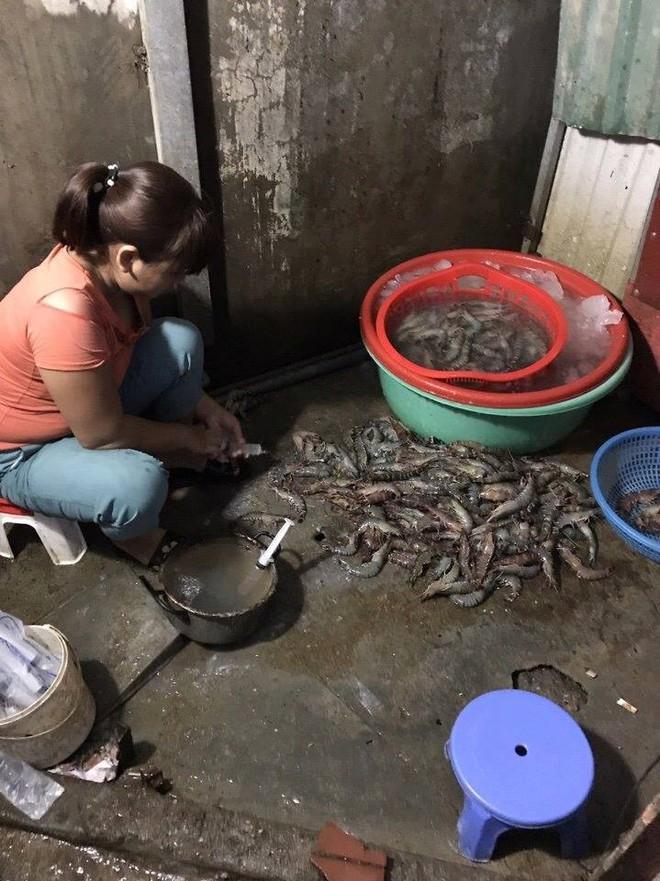 Hà Nội: Bắt quả tang cơ sở đang bơm tạp chất vào tôm ở chợ đầu mối - Ảnh 3.