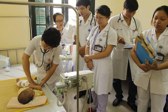 Hà Nội: Báo động tình trạng bệnh nhi nhập viện đột biến do nhiễm trùng đường hô hấp, sốt xuất huyết - Ảnh 1.