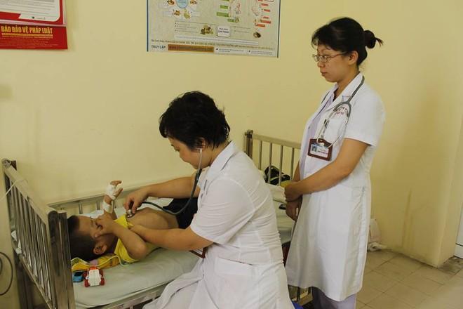 Hà Nội: Báo động tình trạng bệnh nhi nhập viện đột biến do nhiễm trùng đường hô hấp, sốt xuất huyết - Ảnh 2.