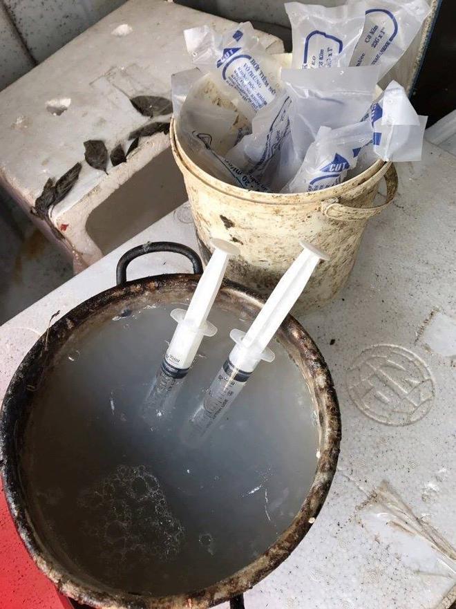 Hà Nội: Bắt quả tang cơ sở đang bơm tạp chất vào tôm ở chợ đầu mối - Ảnh 2.