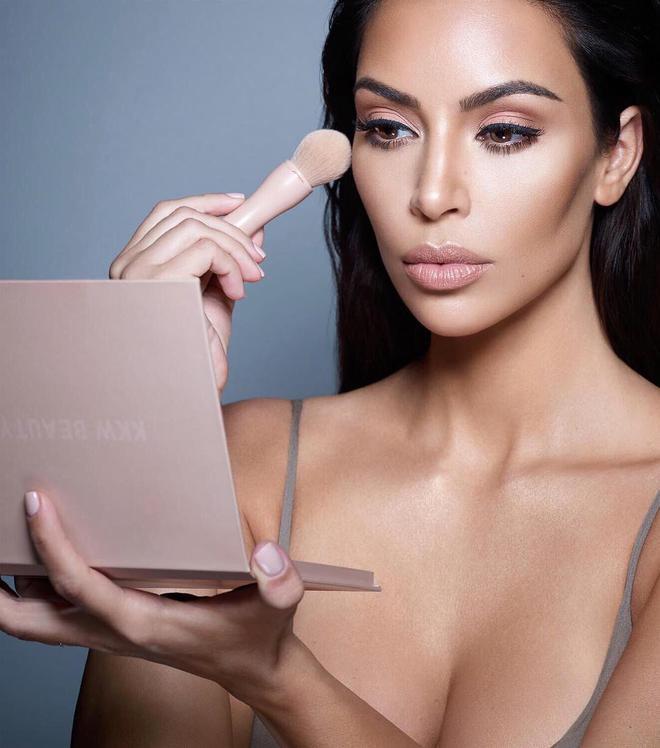 Ra đường có thể quên đánh son, chứ sản phẩm tạo khối thì Kim Kardashian không bao giờ quên - Ảnh 6.