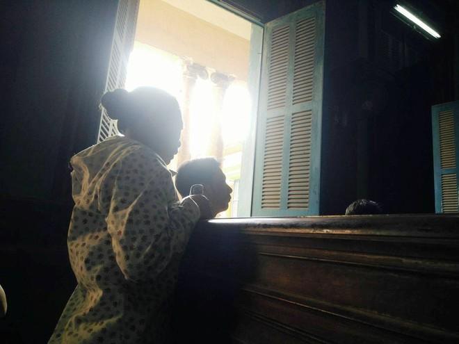 Bố bé gái 2,5 tuổi bị hiếp dâm phải nhập viện cấp cứu: Con bé cứ hỏi về vết sẹo trên cơ thể - Ảnh 3.