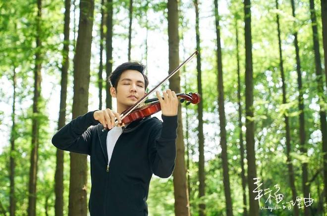 Ngây ngất với cảnh ông chú U40 Chung Hán Lương chơi đàn điệu nghệ - Ảnh 1.