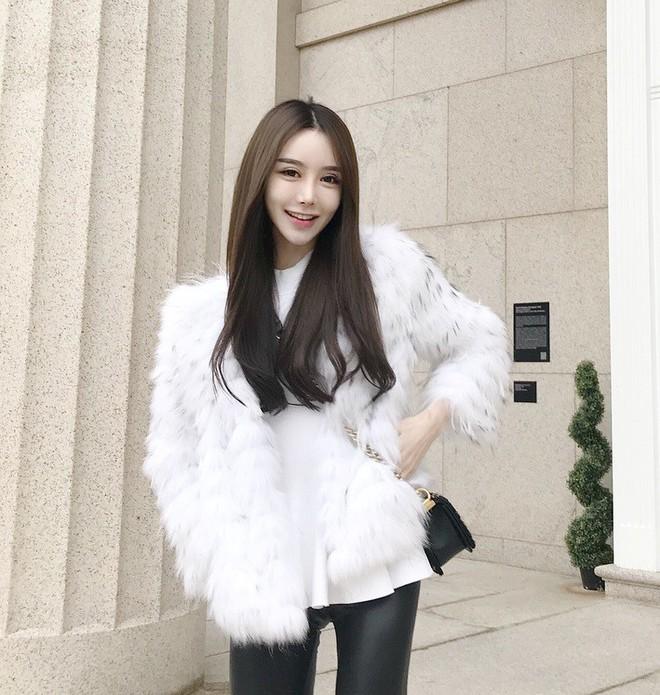 Cứ đến mùa lạnh là 7 mẫu áo khoác ấm áp này lại được các cô nàng thi nhau chưng diện - Ảnh 21.