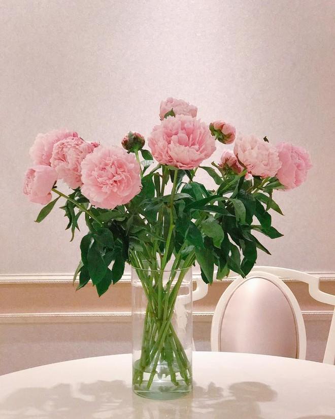 Ngắm căn hộ góc nào cũng lãng mạn và ngọt ngào với hoa tươi của hoa hậu Phạm Hương - Ảnh 13.