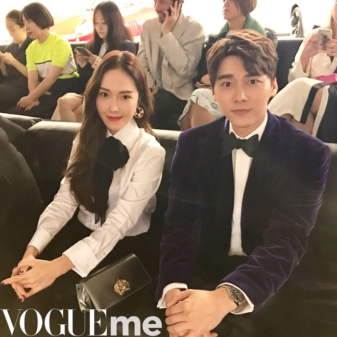 Jessica diện áo trắng quần đen đơn giản nhưng vẫn nổi bật tại Tuần lễ thời trang New York  - Ảnh 1.