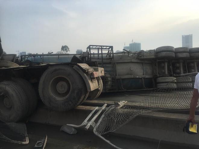 Hà Nội: Xe bồn lật ngang ở đường cao tốc trên cao khiến nhiều người đi làm bị ảnh hưởng - ảnh 1