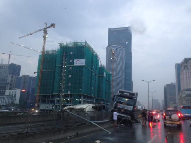 Hà Nội: Xe bồn lật ngang ở đường cao tốc trên cao khiến nhiều người đi làm bị ảnh hưởng - ảnh 3