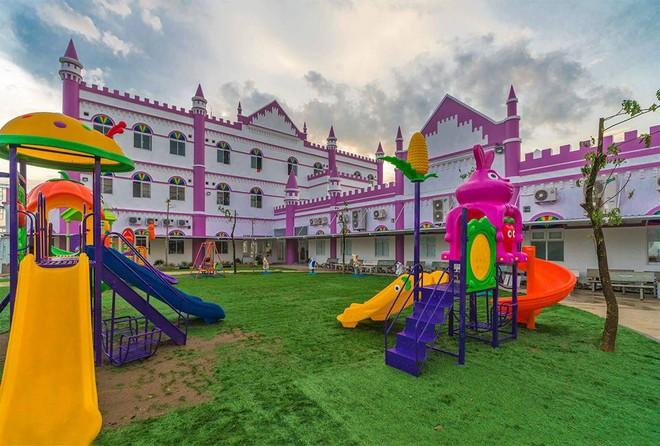 Choáng ngợp trước ngôi trường mầm non màu hồng tím trông như tòa lâu đài cổ tích - Ảnh 7.