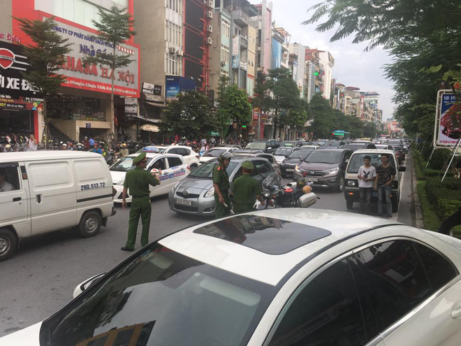 Hà Nội: Nhiều người thoát chết hy hữu khi chiếc xe điên đâm liên hoàn giữa phố - Ảnh 1.