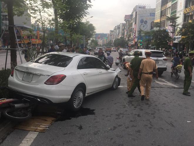 Hà Nội: Nhiều người thoát chết hy hữu khi chiếc xe điên đâm liên hoàn giữa phố - Ảnh 2.