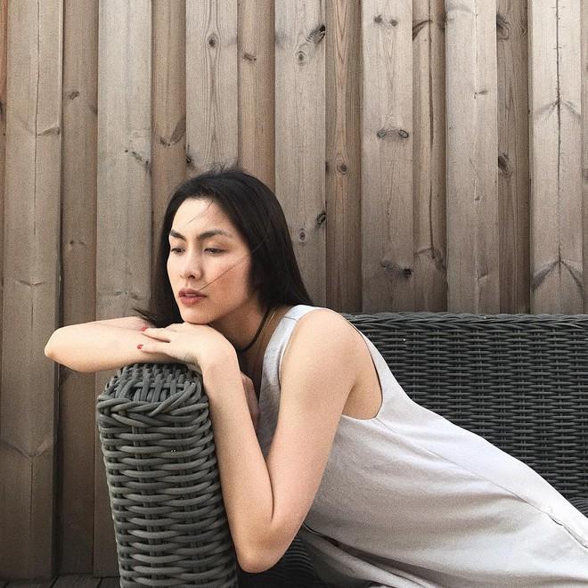 Cầu kỳ gì đâu, Tăng Thanh Hà chỉ cần diện đồ đen - trắng đơn giản thế này thôi cũng đẹp - Ảnh 6.
