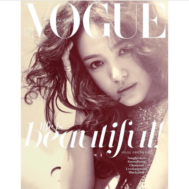 Có gì hot ở 2 chiếc váy mà Song Hye Kyo chọn mặc để chụp cho tạp chí Vouge Korea - Ảnh 2.