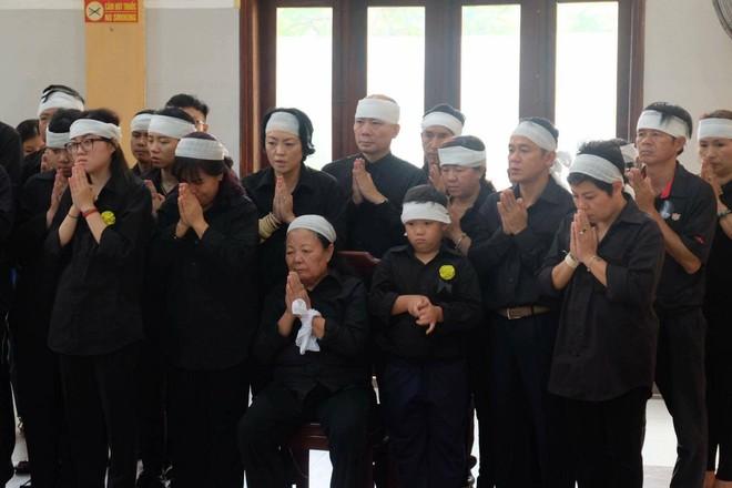Tang lễ thầy Văn Như Cương: Học sinh trường Lương Thế Vinh hát khi linh cữu đi qua - Ảnh 3.