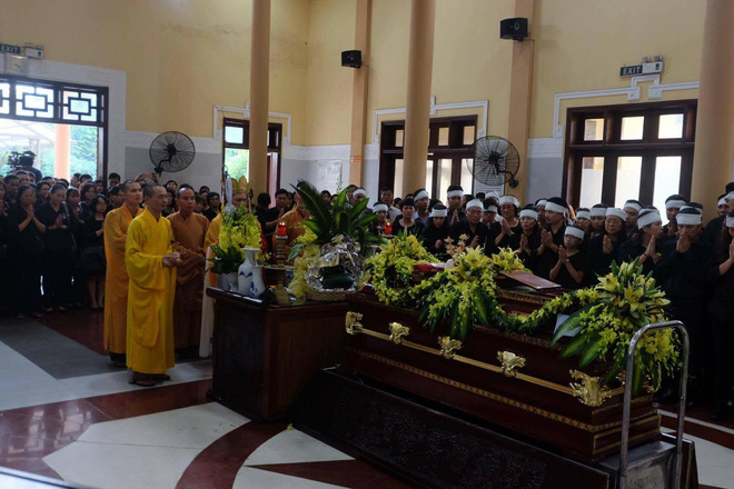 Tang lễ thầy Văn Như Cương: Học sinh trường Lương Thế Vinh hát khi linh cữu đi qua - Ảnh 5.