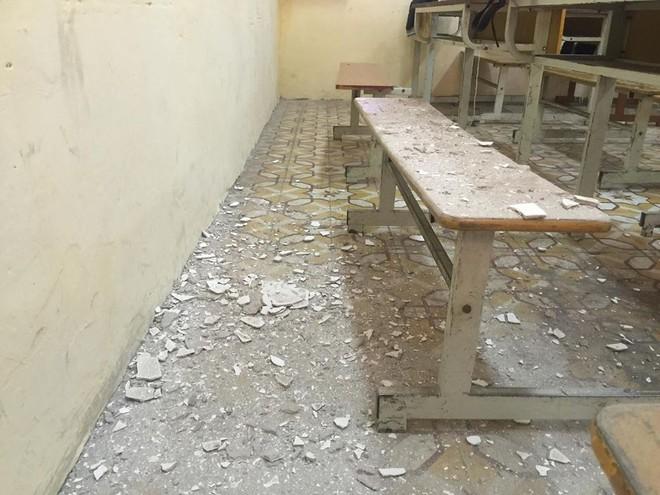 Hà Nội: Học sinh hoảng hồn vì mảng vữa trần rơi trúng bàn học - Ảnh 6.