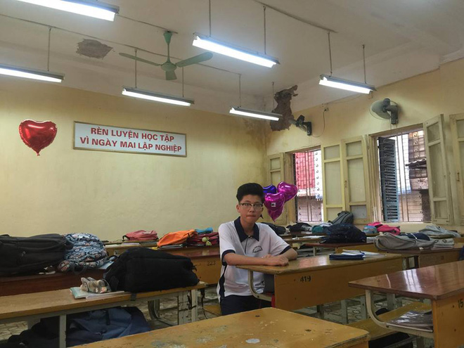 Hà Nội: Học sinh hoảng hồn vì mảng vữa trần rơi trúng bàn học - Ảnh 3.