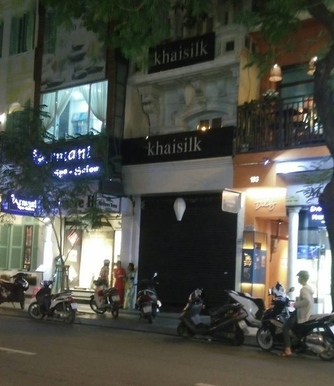 Vụ Khaisilk bán lụa Made in China: Tới chiều tối, toàn bộ cửa hàng ở Sài Gòn và Hà Nội đã đóng cửa hoàn toàn - Ảnh 1.