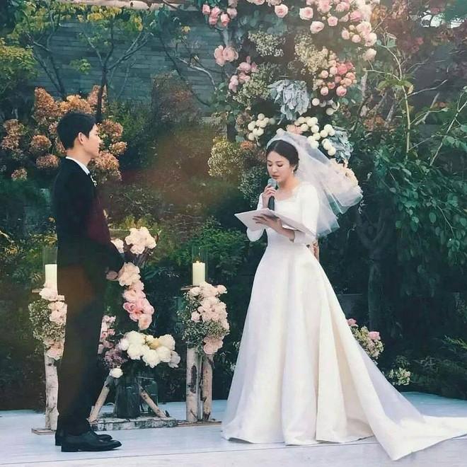 Tuy đơn giản, nhưng trang phục cưới của cặp đôi Song - Song có giá lên tới hơn 3 tỷ đồng - Ảnh 2.