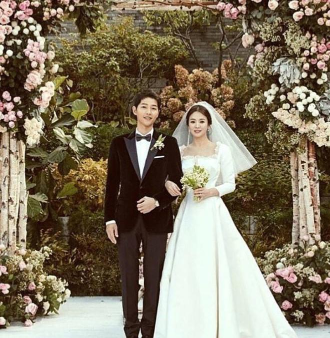 Tuy đơn giản, nhưng trang phục cưới của cặp đôi Song - Song có giá lên tới hơn 3 tỷ đồng - Ảnh 3.