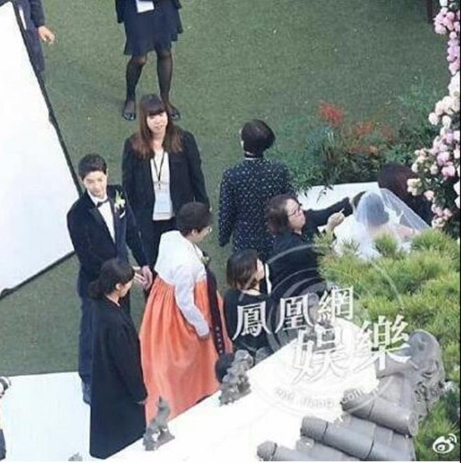 Mẹ Song Hye Kyo rưng rưng nước mắt ôm con rể Song dặn dò - Ảnh 3.