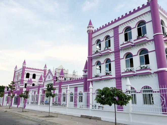 Choáng ngợp trước ngôi trường mầm non màu hồng tím trông như tòa lâu đài cổ tích - Ảnh 6.