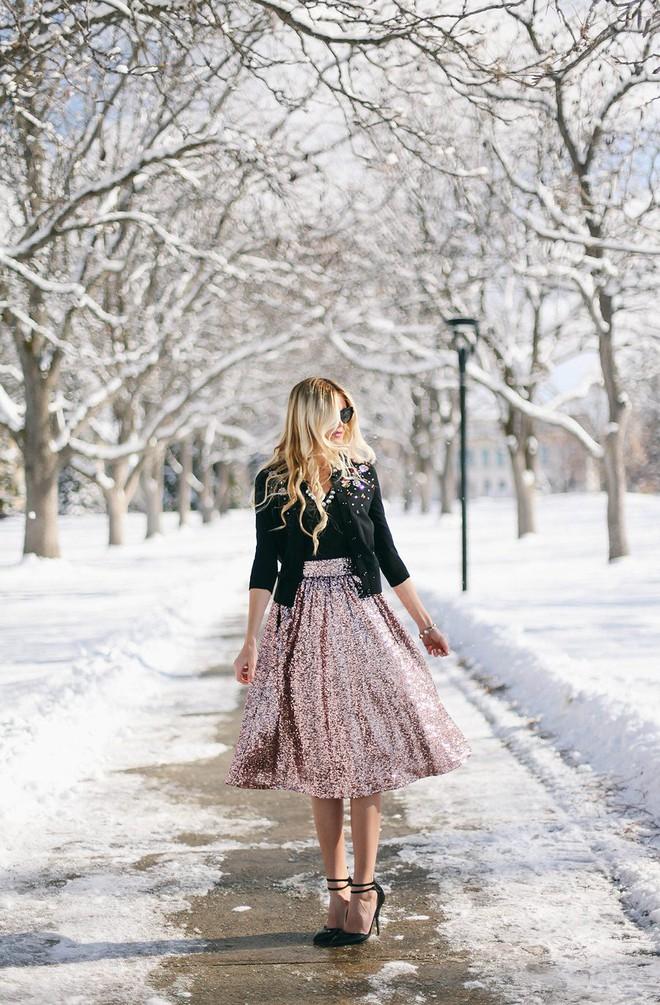Tỏa sáng rạng ngời xuống phố hai ngày cuối cùng của năm với những thiết kế chân váy ánh kim siêu bắt mắt - Ảnh 5.