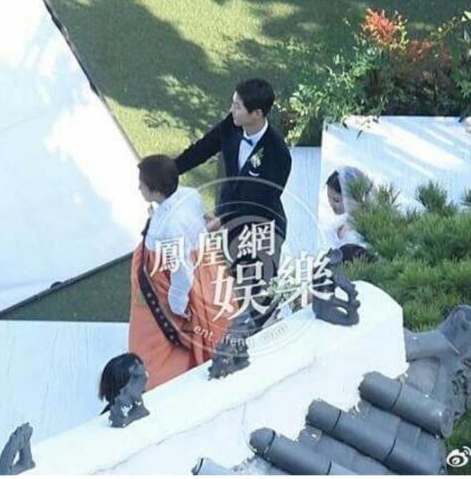 Mẹ Song Hye Kyo rưng rưng nước mắt ôm con rể Song dặn dò - Ảnh 4.
