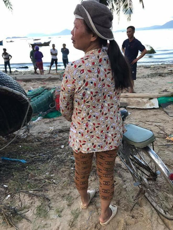 Bức ảnh người đàn bà làng chài đợi con về sau bão và câu chuyện đẫm nước mắt đằng sau - Ảnh 3.